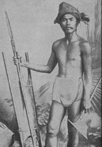 Guerriero Ilongot con lancia, scudo ed ascia