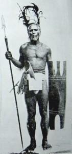 Guerriero Tinggian dispone di lancia, ascia e scudo per la battaglia