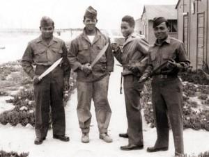 Soldati filippini armati di bolo