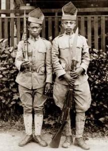 Soldati filippini con bolo innestato a fucile tipo baionetta