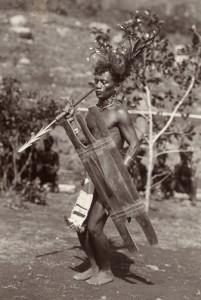 Guerriero Bontoc impugna una lancia con molteplici barbigli e lo scudo