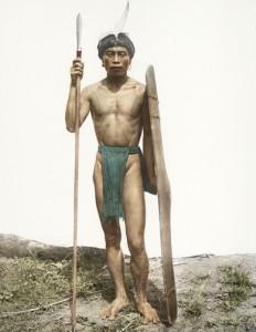Guerriero Ifugao impugna scudo e lancia Fangkao.