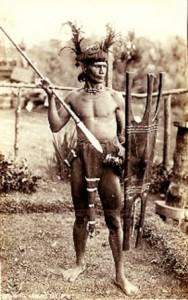 Guerriero Kalinga impugna Gayang e scudo