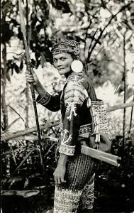 Guerriero Lumad impugna una lancia definita Budjak, Dilk, Agos o Pangaso