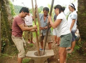 Gruppo di filippini utilizza contemporaneamente 3 Bayo per cucinare il Tinomok, Samar orientale, Visayas