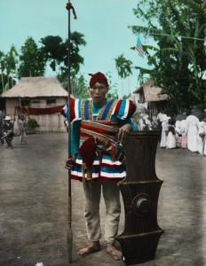 Guerriero Bukidnon armato di lancia e scudo indossa un limbotung con spada fissata alla cintura
