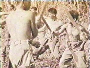 Il Col. Miranda durante un addestramento sull'utilizzo del bolo (machete) in combattimento