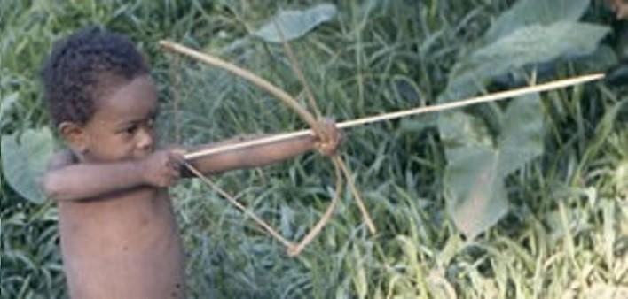 Bambino Agta - arco e frecce