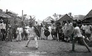 Combattimento con lancia e scudo tra due Moros a Jolo, Arcipelago di Sulu