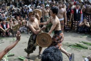 Combattimento tradizionale tra due ragazzi moros con leggero Taming in rattan e arma realizzata utilizzando un pezzo di palma