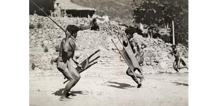 Danza della guerra Kalinga con lancia e scudo