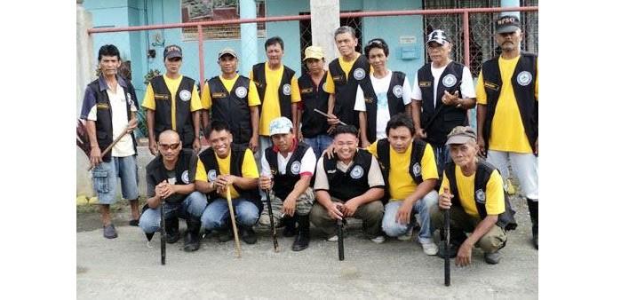 Gruppo di 'barangay tanod' filippini armati di batuta