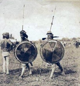 Guerrieri Tausug di Sulu impugnano lance e taming