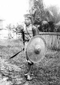 Guerriero filippino con scudo in rattan probabilmente Bukidnon e bolo della tribù Mandaya
