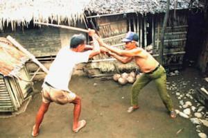 Jose Ocampo e Alvaro Raiz praticano arti marziali filippine